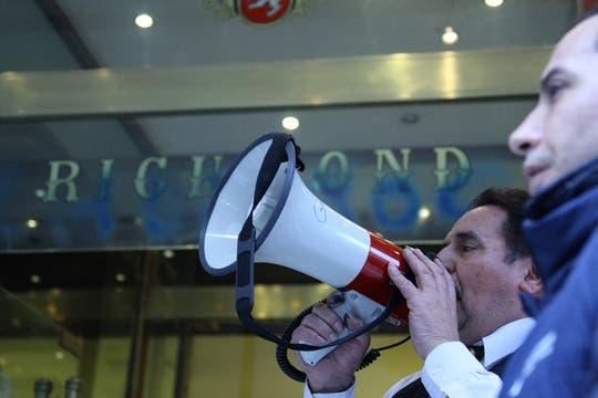 Uno de los exmpleados del café anuncia el comienzo de la asamblea. Foto: LA NACION / Sebastián Rodeiro