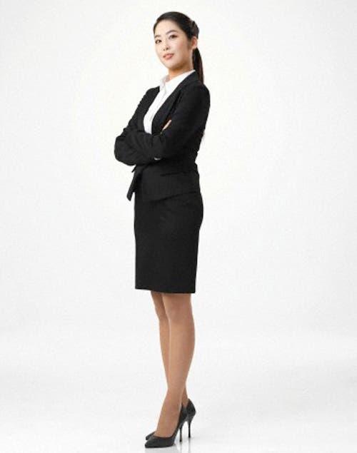 Para un look ejecutivo, falda recta negra combinada con una camisa. Foto:Archivo /Corbis