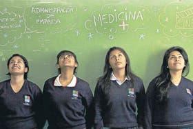 Antonella Ortiz, Celeste Cazón, Mailén Espinoza, y Micaela Lazarte (de izquierda a derecha) son alumnas del Colegio El Buen Consejo, en la villa 21-24 de Barracas, y sueñan con ser profesionales una vez que terminen la escuela.