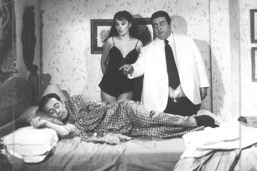 """""""El Negro"""" apunto de ser sacado de un sueño por su par y su chica. Foto: Archivo La Nación"""