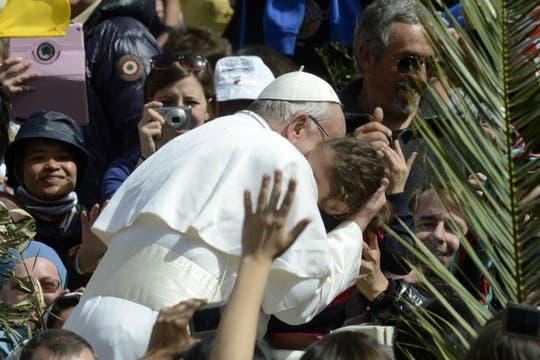 Luego de la misa, el Papa se trasladó por las calles del Vaticano y besó a fieles presentes. Foto: AFP