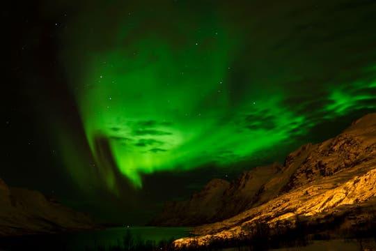 Aurora boreal que puede visualizarse durante el invierno, entre septiembre y mayo. Foto: visitNorway
