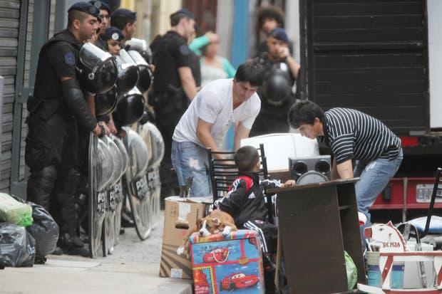 El procedimiento lo llevan adelante en forma conjunta personal de las policías Federal y Metropolitana en una propiedad situada sobre la calle Chacabuco al 600