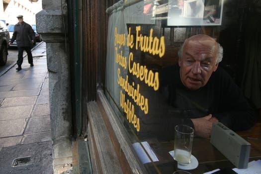 Durante una entrevista con LA NACION en el bar El Brasilero, el café que solía frecuentar. Foto: Archivo / Federico Guastavino