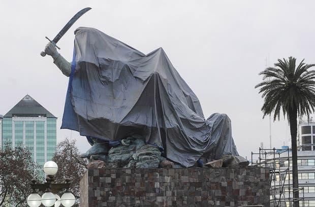 monumento Juana Azurduy presidenta Cristina Kirchner presidente Evo Morales jardín patio Casa Rosada polémica Cristóbal Colón
