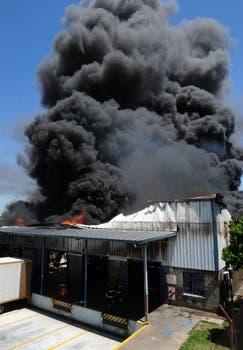 Se incendia una fábrica de colchones en Avellaneda. Foto: DyN / Carlos Sarraf