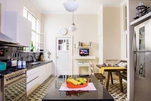 Una cocina con base antigua y equipamiento contemporáneo