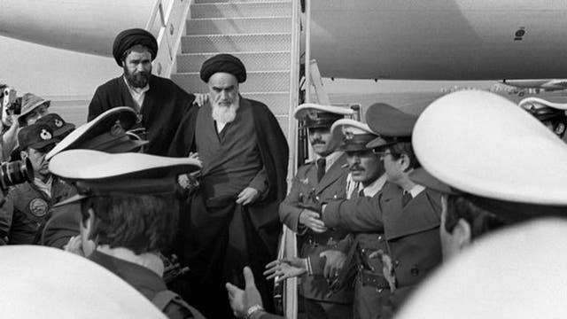 Jomeini regresó a Teherán triunfante de su exilio en Francia.