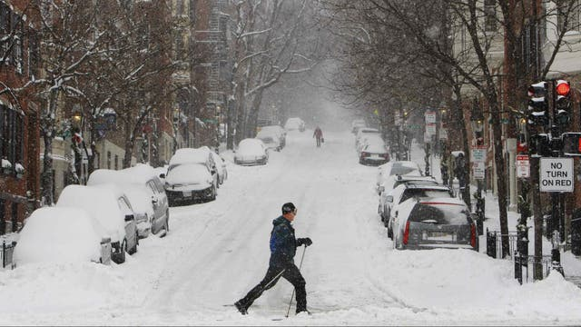 Un hombre esquía en Charles Street, en Boston, luego de una importante nevada en 2009