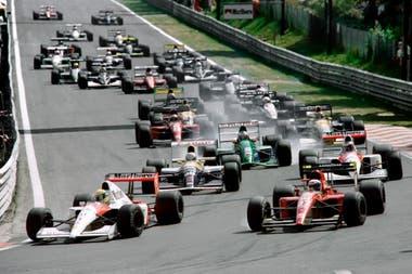 La largada de Spa-Francorchamps: el auto verde N°32 de Schumacher recorrió 500 metros hasta que explotó el embrague; el alemán empezaba a dejar su sello en la Fórmula 1