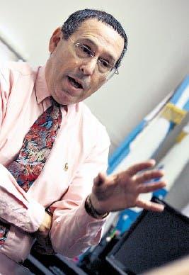El doctor Louis Falik, antes de la conferencia que dio en el país