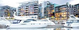 Los botes amarrados en Aker Brygge son utilizados por los noruegos durante sus largos ratos de ocio
