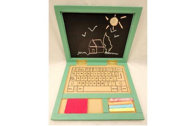 La computadora de madera (Champignon Creaciones Artísticas, $135) viene con la pantalla de pizarrón más un sticker que imita el teclado de una computadora real, más tizas y borrador. ¡Una opción creativa que juega con la tecnología actual y elige volver a las fuentes!.