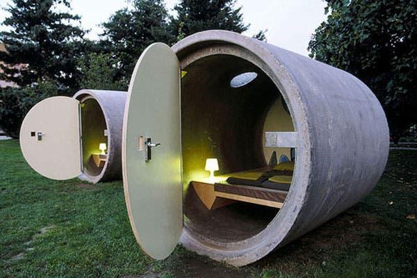 El Das Park Hotel, en Austria, tiene la particularidad de que sus habitaciones están ubicadas en bloques de hormigón, los mismos que se usan para el alcantarillado. En el interior: una cama doble, una lámpara, una mesa, un baúl y unos respiraderos que hacen la función de ventana. ¿Qué les parece?. Foto: landzine.com