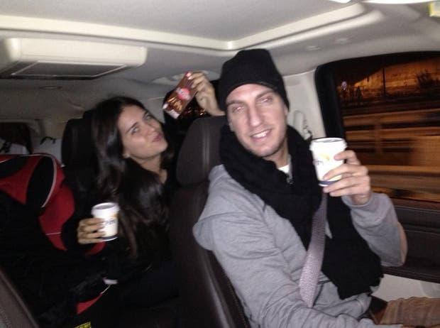Con su cuñado, Maxi López, disfrutando de un rico café.
