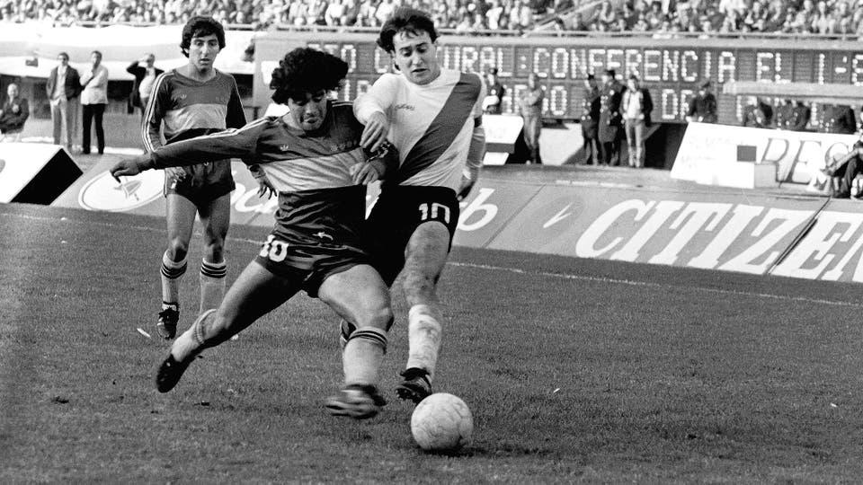 5-7-1981: duelo de ídolos y números 10, con el Beto Alonso. Foto: LA NACION