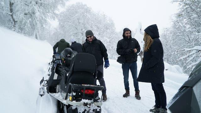 En el ascenso hasta el refugio Arelauquen enfrentamos primero senderos de montaña desafiantes con Wranglers con cadenas en los neumáticos; luego subimos en motos de nieve .
