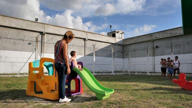 Los niños tienen un espacio con juegos