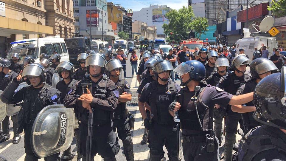La policía ordenó desalojar la zona; hay corridas e incidentes; varias personas heridas. Foto: Soledad Aznarez