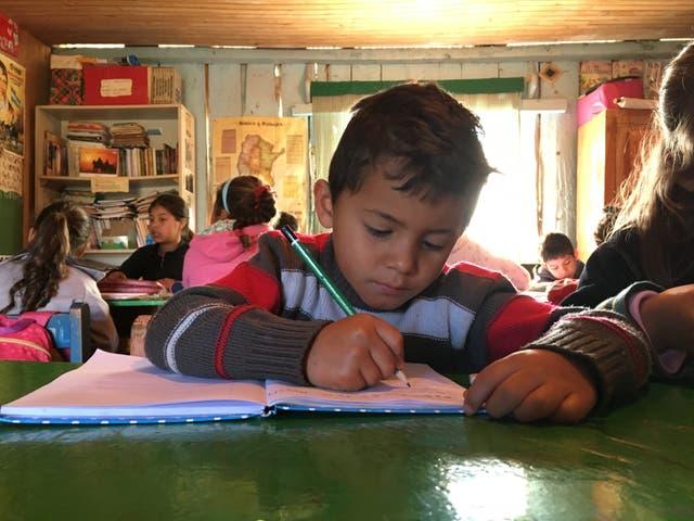 Kevin, alumno de la escuela de frontera las Primaveras, en El Soberbio, Misiones