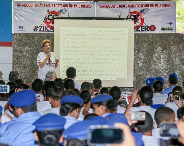 Dilma, ayer, al hablar en una academia de la policía militar sobre el virus del zika