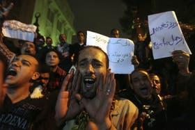 Manifestantes protestan en El Cairo frente al Palacio Presidencial