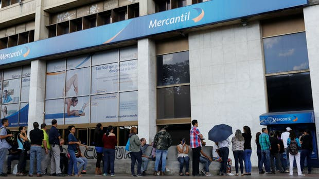 Las colas eternas en Venezuela, para alimentos, salud, e incluso para el cajero automático