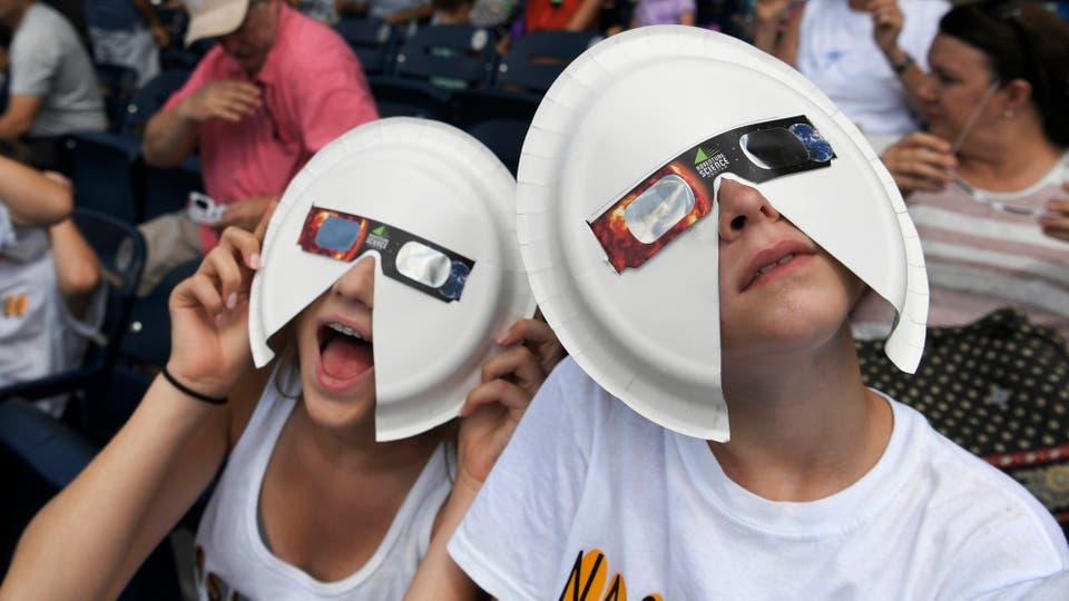 Gafas improvisada para ver el eclipse en Nashville. Foto: AP