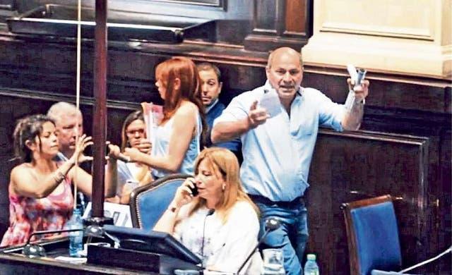 Momento en el que Mario Secco irrumpe violentamente en la Legislatura bonaerense, como quedó registrado por las cámaras de TV