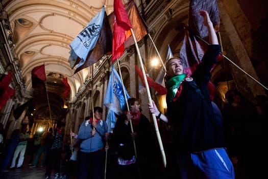 Manifestantes irrumpieron en la Catedral en reclamo contra los subsidios entregados por el gobierno porteño a las escuelas privadas. Foto: LA NACION / Ezequiel Muñoz