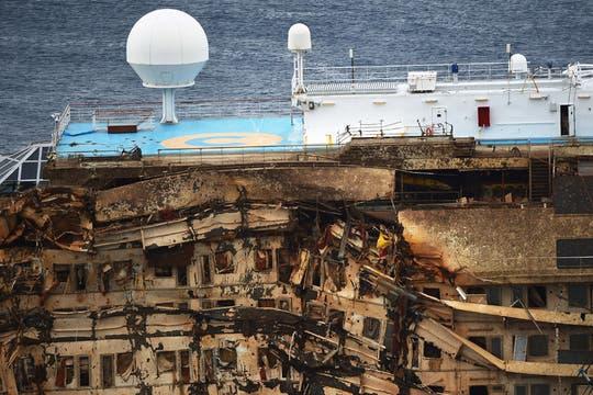 Un equipo multinacional de 500 ingenieros y técnicos en salvamento preparó al barco para el gran día. Foto: AFP