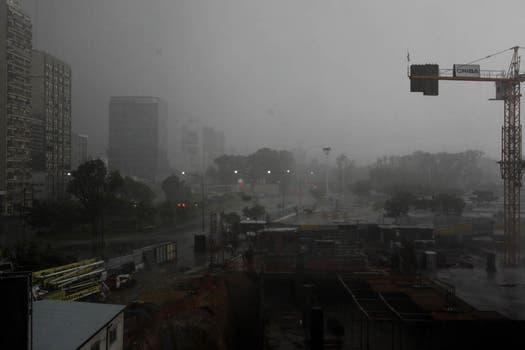 Diluvio y fuertes vientos en Buenos Aires: alerta por posible caída de granizo. Foto: LA NACION / Fernanda Corbani