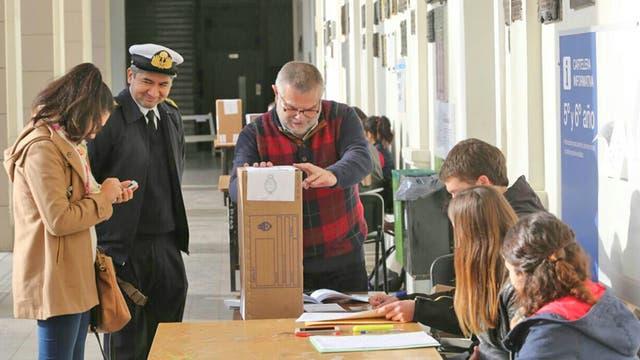 Mucha gente se está acercando a las escuelas para emitir su voto. Foto: LA NACION / Santiago Hafford