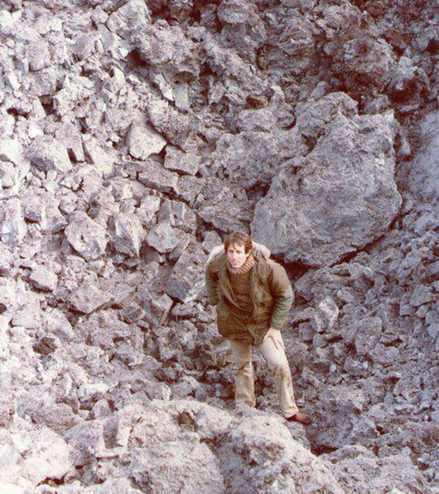 Kasanzew en uno de los cráteres dejado por bombas inglesas de 500 kilos