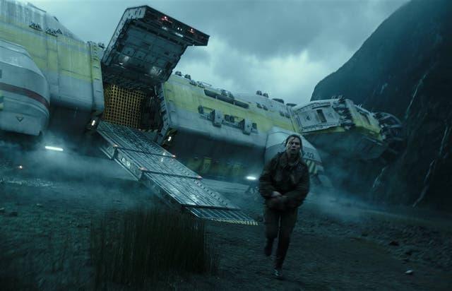 Amy Seimetz desciende de la nave que le da título a este nuevo episodio