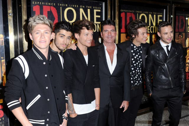 Cowell junto a sus pollitos, en el estreno del film This is us de One Direction