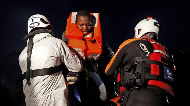 Un joven inmigrante es rescatado luego de caer al mar de su embarcación durante una operación de rescate en el centro del Mediterráneo en aguas internacionales a unos 15 millas náuticas frente a la costa de Zawiya en Libia