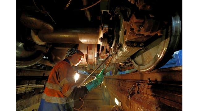 Una empleada lava el vagón del tren en el depósito de Krasnaya Presnya en Moscú, Rusia