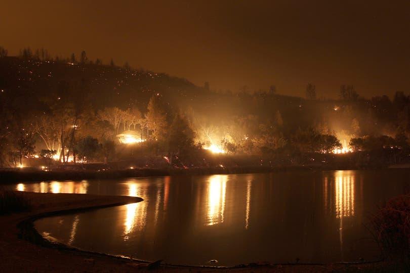 Las orillas del lago Hughes durante el peor momento del incendio. Foto: AFP