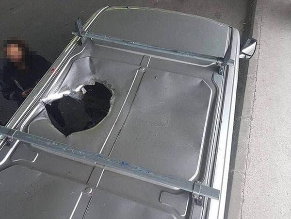 Así le quedó el techo a la camioneta de la pareja tras la explosión