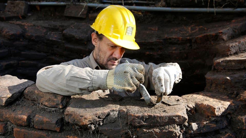 El sitio arqueológico fue descubierto en diciembre pasado, momento en que los expertos aprovecharon la remoción de tierra realizada durante los trabajos de puesta en valor de las barrancas de Belgrano. Foto: LA NACION / Ricardo Pristupluk