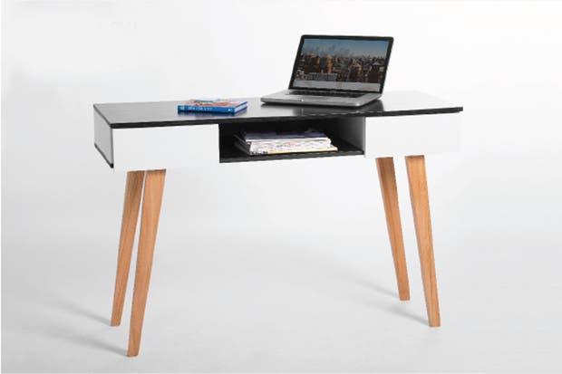 escritorio espacio ofrece un cajn para ubicar revistas y la laptop cuando no se utiliza