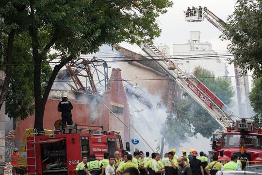 Incendio fuera de control y derrumbe en Barracas. Foto: LA NACION / Fernando Massobrio