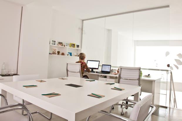 La mesa de 1,40x1,40m se acompañó con sillas Brno (todo de Manifesto)..