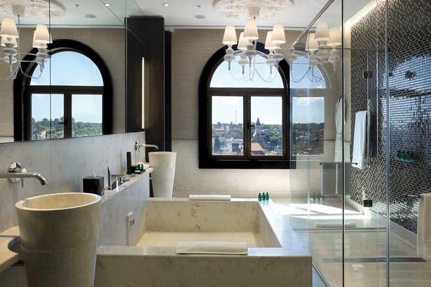 Después: Confort, cierta suntuosidad, textura y relax son lo que quieren los visitantes en un baño de hotel..