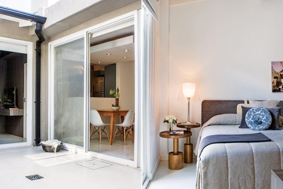 Igual que el living, el cuarto mira al exterior a través de un ventanal. Se hizo un vestidor de melamina que se prolonga en un voladizo frente a la cama donde se ubicó la TV (ver detalle arriba, a la izquierda) .  Foto:Living /Santiago Ciuffo
