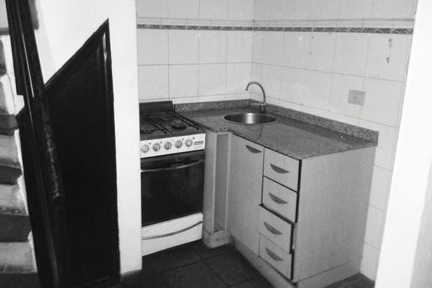 La cocina era cero práctica: tenía una bacha muy chica en la esquina y escasísimo espacio de guardado. Por no hablar de las pocas ganas que daba cocinar ahí. .