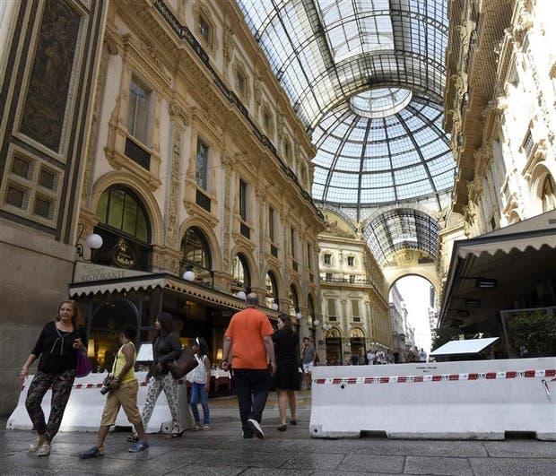 La entrada de la galería Vittorio Emanuele II, en Milán, con barreras de protección
