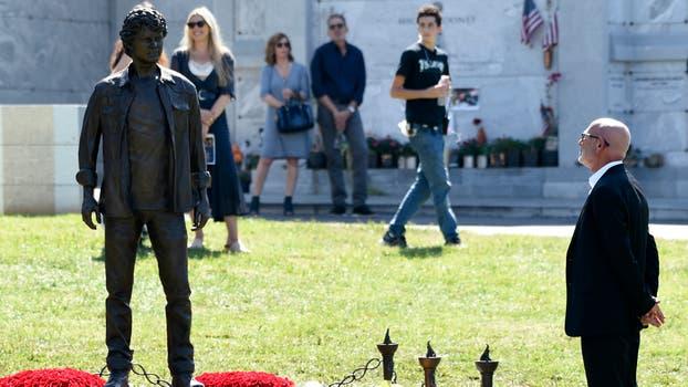 Su padre, Viktor, observa de cerca la estatua. Foto: AP