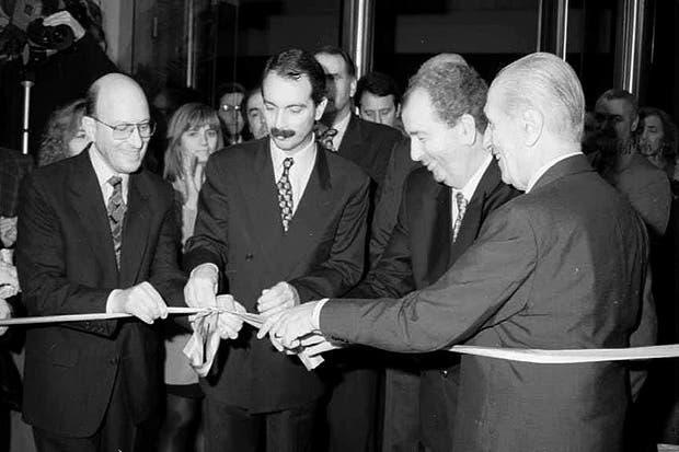 Durante la inauguración del Banco Municipal de La Plata el 16 de mayo de 1996.  Foto:Archivo